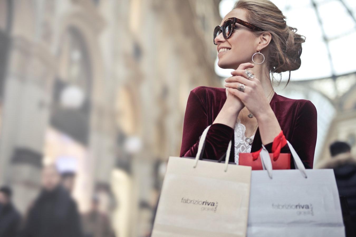 pani z torbami na zakupy w rękach