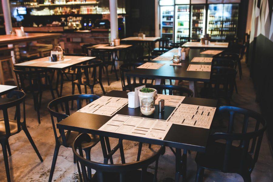 stoły w restauracji