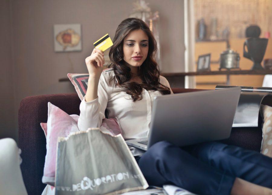 kobieta z laptopem i kartą płatbniczą