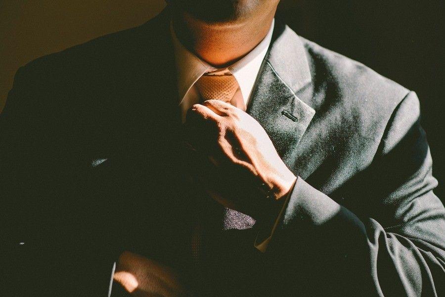 Mezczyzna wiazacy krawat