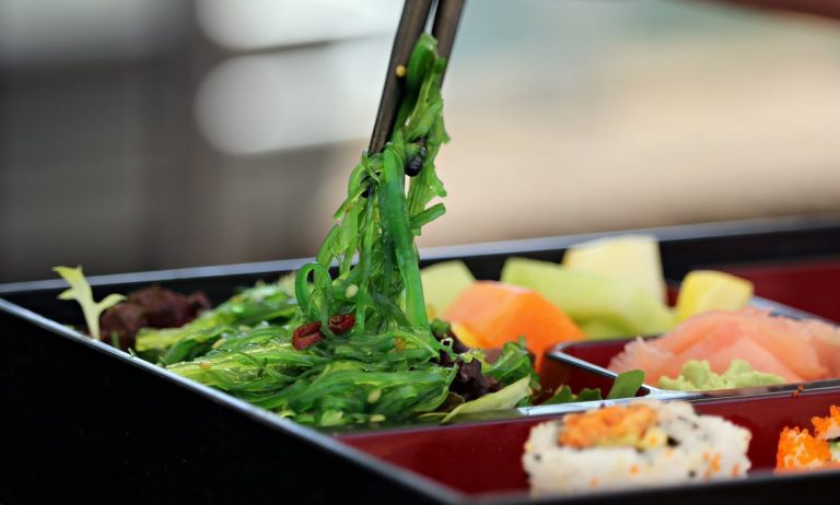 Dania z restauracji w Lidlu. Sieć wprowadza do oferty świeże sushi.