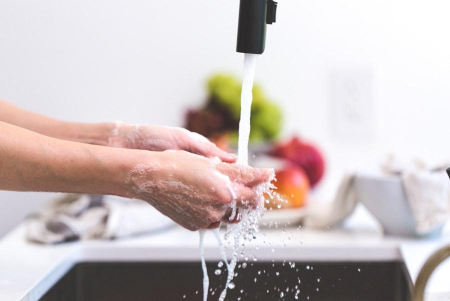 mycie rąk pod kranem