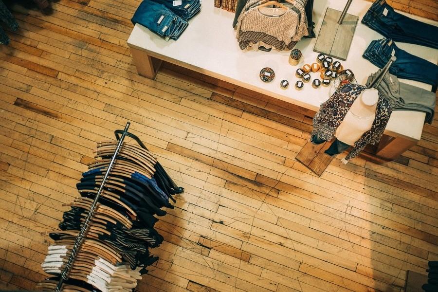 ubrania-wieszaki-sklep odziezowy