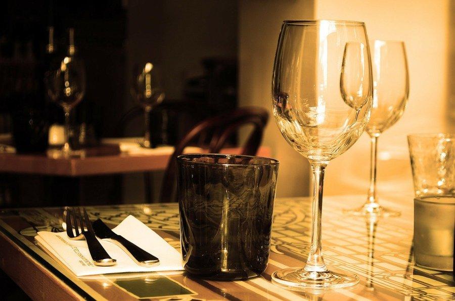 stół w restauracji