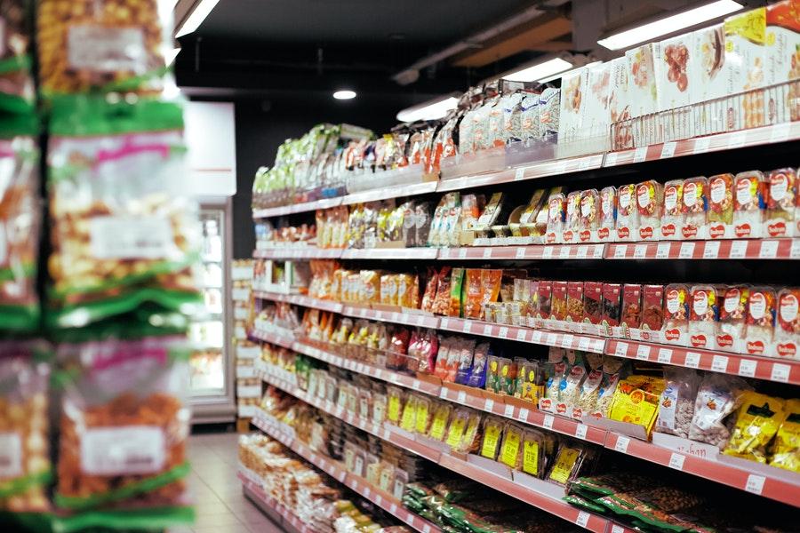 Półki w hipermarkecie