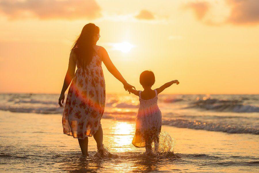 kobieta-dziecko-morze-zachod-slonca