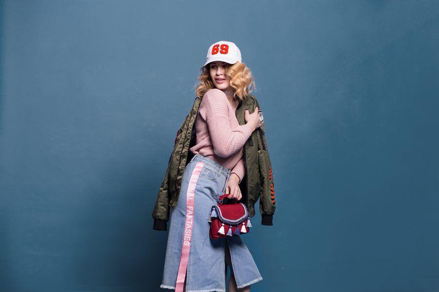 kobieta kaszkiet kurtka czapka torebka