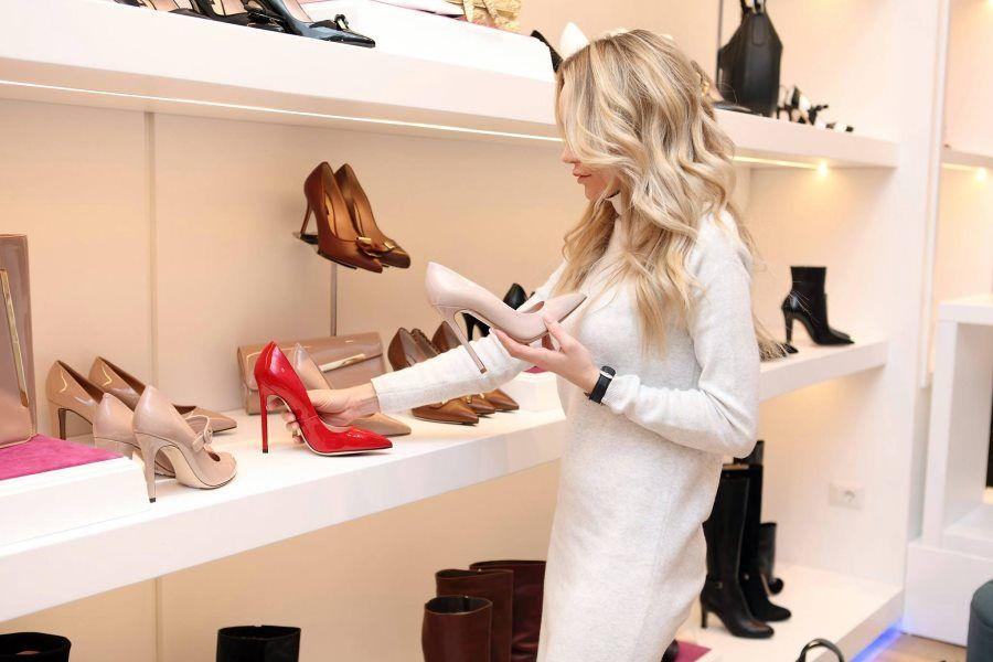 kobieta-zakupy-obuwie-szpilki