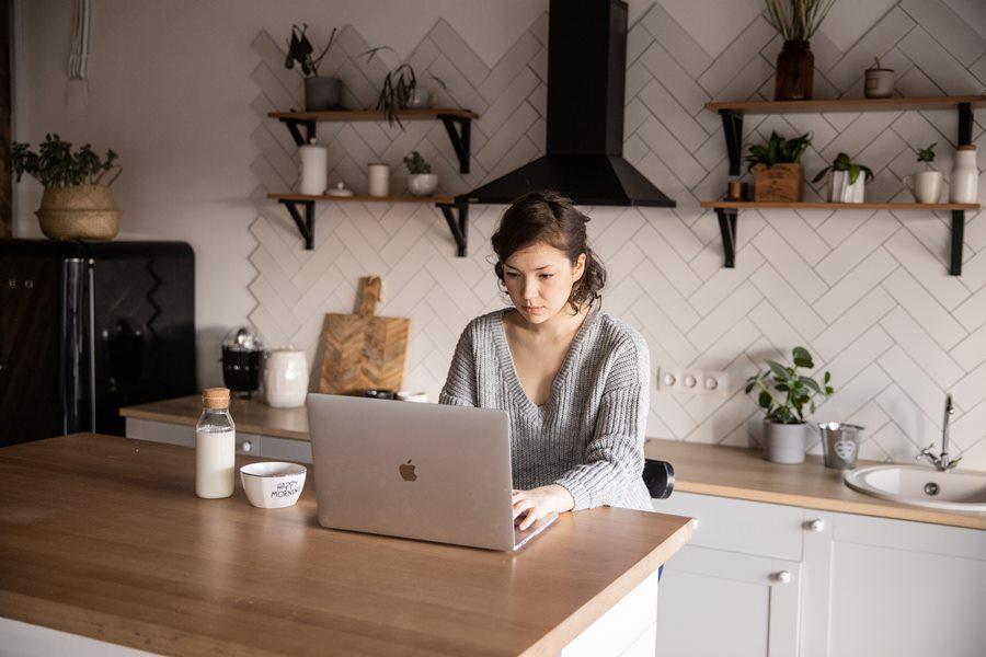 kobieta-laptop-kuchnia