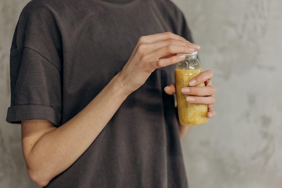 kobieta-butelka-napoj