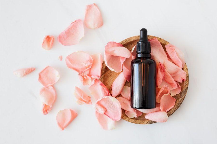 buteleczka wśród płatków róż
