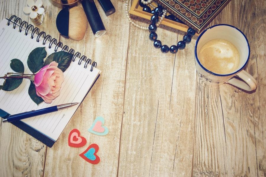 notes i kawa na stole
