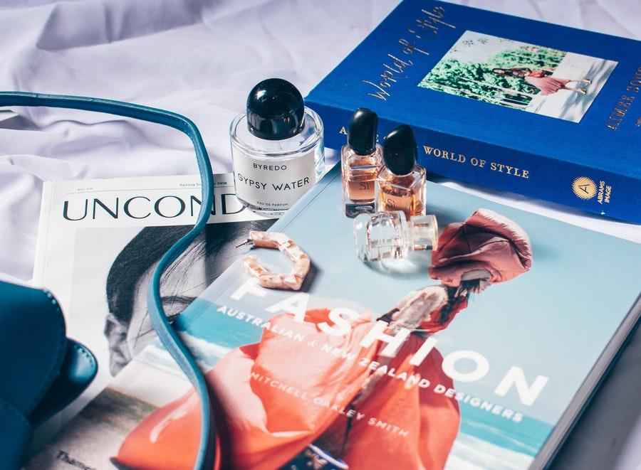 kosmetyki na tle magazynów